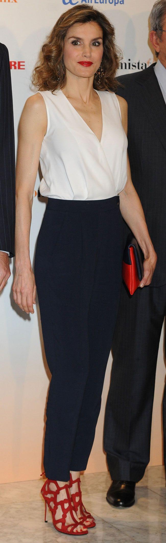 La reina Letizia con un pantalón azul marino de tiro alto junto al top de líneas puras con un sugerente escote a pico resultan perfectos para la ocasión. Es el modelo Kasha de Boss. 08.06.2016
