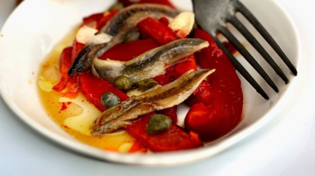 Poivrons, anchois et câpres à l'ail