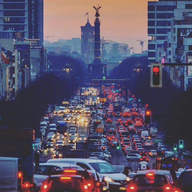 "Gefällt 735 Mal, 7 Kommentare - Berliner Zeitung (@berliner_zeitung) auf Instagram: ""Rotlichtmilieu. #berlin #goldelse #derhimmelüberberlin #afterwork #trafficjam #citylights (Foto:…"""