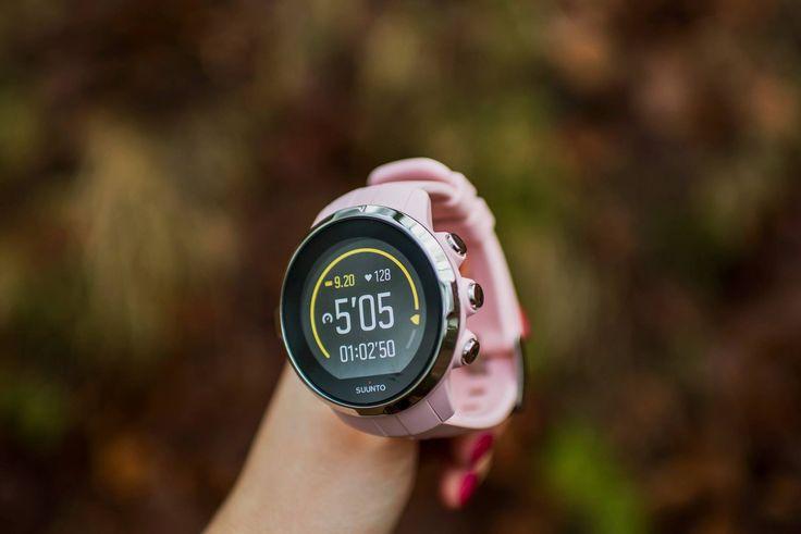 SUUNTO SPARTAN RACER SAKURA (HR) to zaawansowany zegarek multisportowy GPS o zgrabnym kształcie ułatwiającym dopasowanie do nadgarstka. Wyposażony jest w kolorowy ekran dotykowy, kompas i baterię o żywotności 16 godzin w trybie treningowym, zapewnia też wodoszczelność do głębokości 100 m.