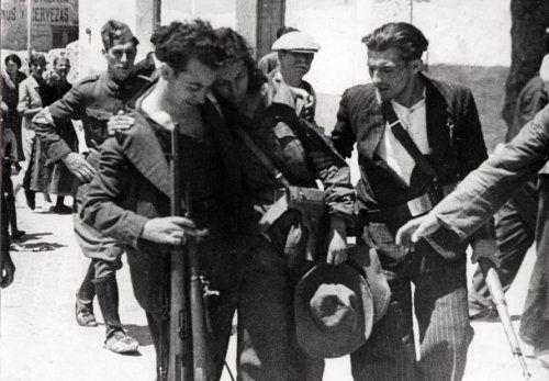 Onbekend | Staatsvorming, burgeroorlogen: De Spaanse Burgeroorlog van 1936-1939. Ook vrouwen werden ingezet als militairen. In Madrid wordt deze aanhangster van de regering gewond weggedragen. Spanje, 1936.