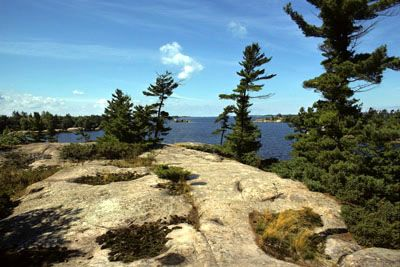 Lac Huron - Le lac Huron, d'une superficie de 59 600 km2, possède une altitude de 176 m, une longueur de 332 km et une largeur de 295 km. Il est d'une profondeur maximale de 229 m et la longueur de son littoral, incluant les îles, totalise 6159 km. Ce lac se classe second parmi les GRANDS LACS et cinquième parmi les plus grands lacs du monde.