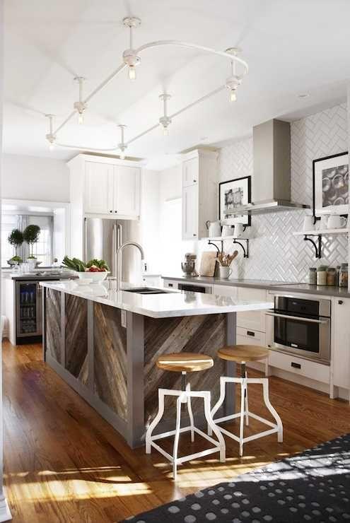 Эта прекрасная американская кухня светла, удобна и полна интересных дизайнерских решений. Взять хотя бы белую плитку на фартуке, выложенную «елочкой» — просто и довольно стильно! Кроме этого понравилась деревянная отделка островка и задней стенки кухонного шкафа, а также стулья-пауки. Отличный дизайн от Sarah Richardson!