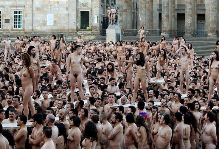 Un total de 6.132 personas que se desnudaron en la céntrica Plaza Bolívar de Bogotá y posaron para el fotógrafo estadounidense Spencer Tunick tuvieron que superar el pudor y el frío en la carrera contra el sol que el artista inicia cada madrugada que realiza sus instantáneas.FOTO: Leonardo Muñoz (EFE)