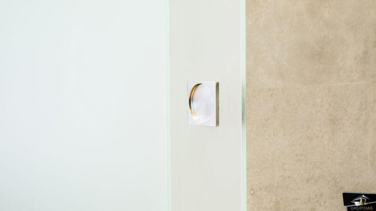 Detalle tirador puerta corredera cristal instalado en la vivienda realizada en la Moraleja por el estudio de Arquitectura GrupoIAS.