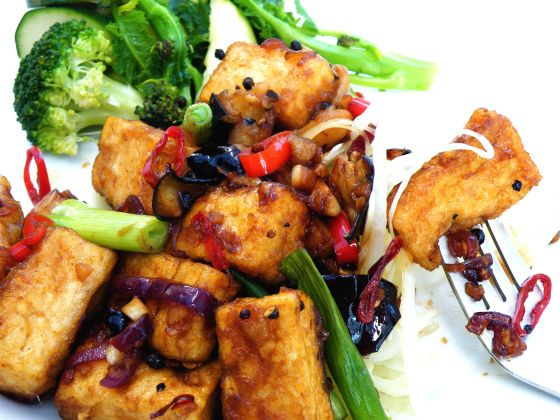 Crispy and Sticky Black Pepper Tofu | food to glow. Yum! The flavours in this sound amazing