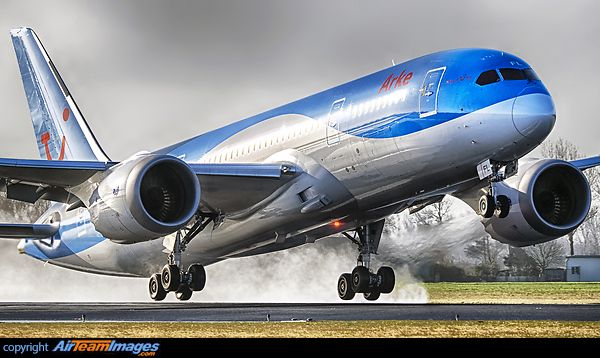 ArkeFly Boeing 787-8 Dreamliner PH-TFL touching down at Amsterdam-Schiphol, January 2015. (Photo: Jorge Guardia Aguila)