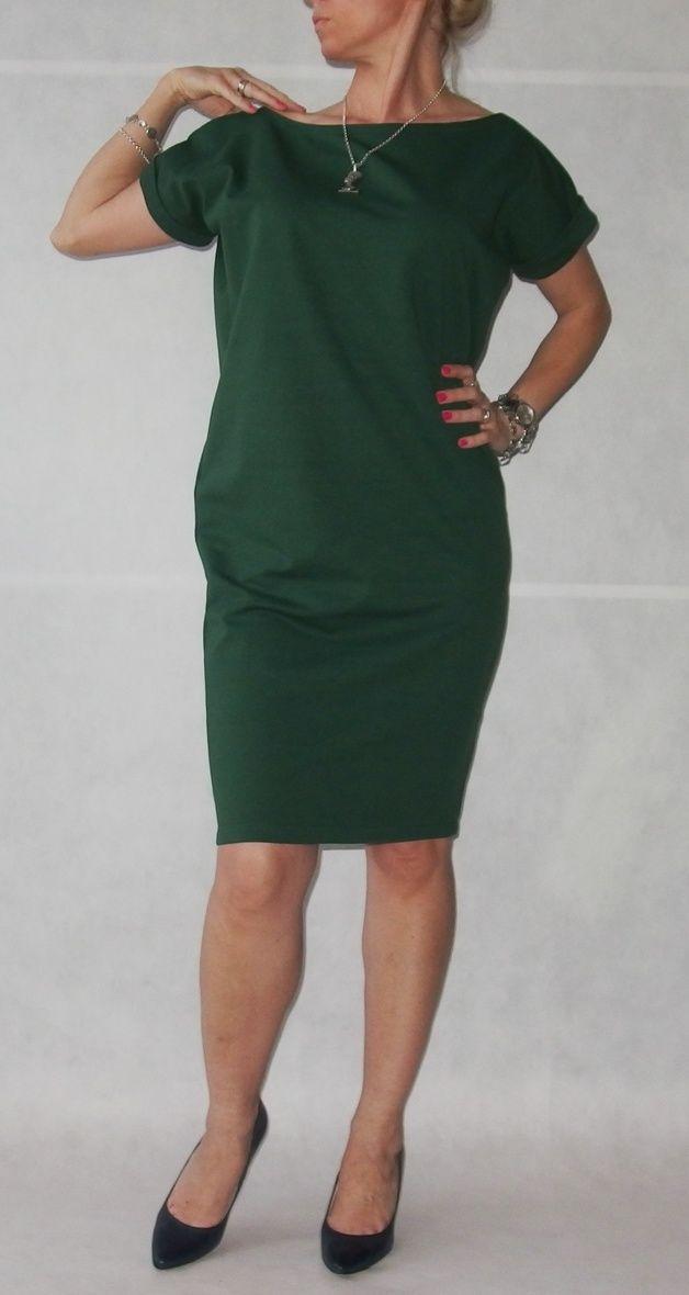 APRILIA LONG - długa sukienka z dzianiny w zieleni butelkowej z krótkim rękawem. Sukienka trapezowa, z kieszeniami, wygodna, luźna i na każdą okazję. Bardzo kobieca i efektowna. Dekolt w łódkę...