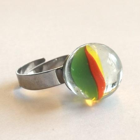 Morsom, nostalgisk ring laget av klinkekule.  Materialer:  - Klinkekule  - Regulerbar ring i hypoallergenic stål. En solid ring i god kvalitet.