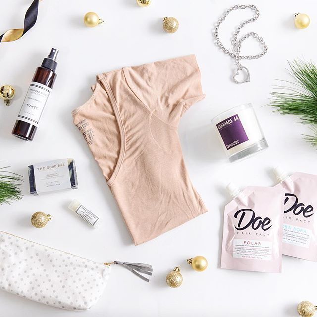 We're back with our third #4WeeksofGiftGiving. This selection of gifts is perfect for the beauty queen on your list (or for the beauty lover in you!) Keep your skin refreshed this season with @crawfordskincare and @thegoodbarsoap toners and facial cleansers. @doebeauty hair mask packs will keep locks hydrated and looking nothing but luscious for holiday parties, and @ms_dress_up zipper pulls will make sure you can fasten your party dress wherever you are! Keep it safe in your @pepperbdesign…