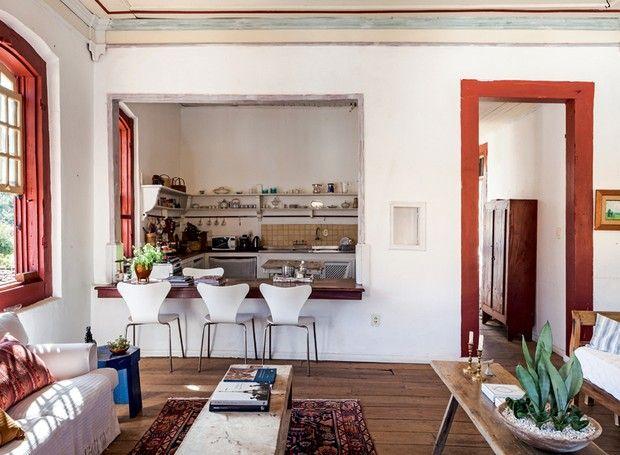 Sala de jantar | A bancada de madeira, que faz as vezes de sala de jantar, une a cozinha e o estar. Cadeiras e mesa lateral da galeria Nino Nogueira (Foto: Lufe Gomes)