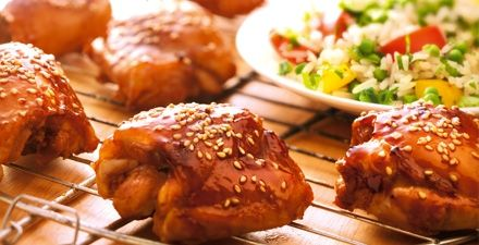Zoete, pittige kippendijen! Malse kippendijen in een marinade van honing en chilisaus. Verrassend lekker op de barbecue!
