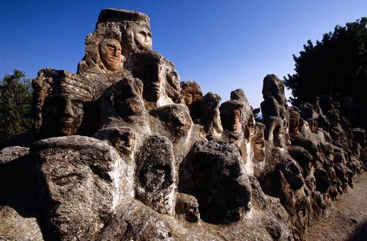 Filippo Bentivegna, Teste scolpite nella pietra  Castello incantato di Sciacca, Sicilia  Foto di Luigi Nifosì