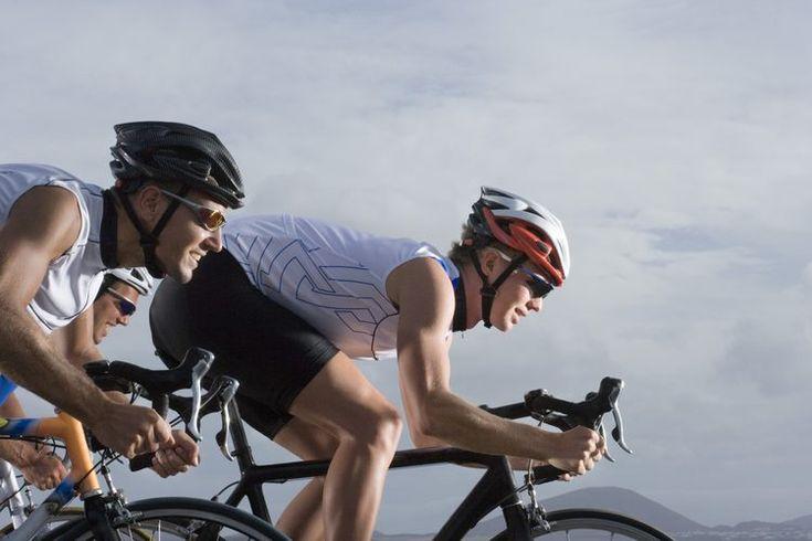 Cómo entrenar para  Cyclocross. Una carrera de bicicletas que dure entre 35 minutos y una hora puede parecer un juego de niños. Pero eso está lejos de la verdad cuando se trata del Cyclocross. Cyclocross es una carrera de bicicletas que implica ciclismo sobre terreno variable. También incluye ...