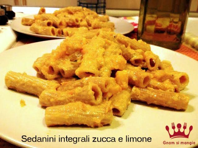 Ricetta vegana: sedanini integrali zucca e limone | Gnam si mangia. Un piatto veloce e facile da preparare. Zucca, limone e spezie per provare nuovi sapori!