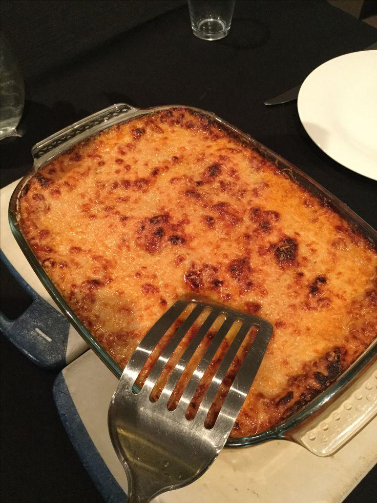 Lasagne deel 2: je saus wat laten inkoken met half blik water. (Wordt je saus intenser). Maak een bechamelsaus met een zachte kaas tint. Leg 2 el tomato frito op de bodem. Leg je lasagnevellen erin. Schep vleessaus erop, afdekken met witte saus, terug pasta, terug witte saus, terug pasta, vleessaus en direct de witte saus op vleessaus. Volledig afdekken met parmezaan. 20 min in de oven200gr. en dan onder grill. Dit gerecht =6 personen. Wil je het begin van dit recept ?pin ook deel 1…