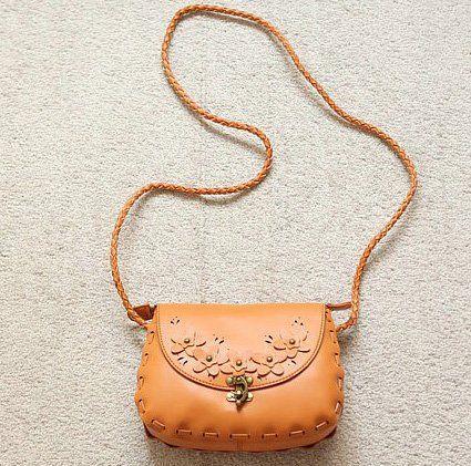 Tas selempang yang cantik ini akan membuat penampilan makin cantik.
