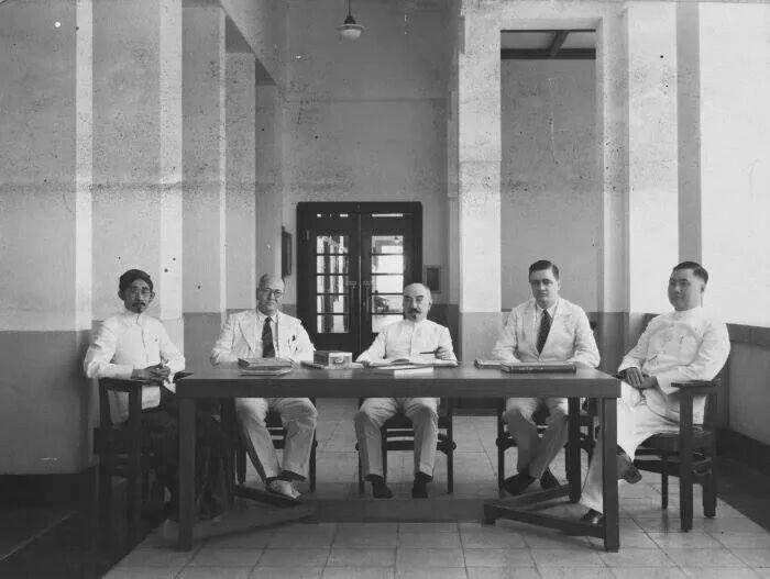 Walikota Soerabaja Takashi Ichiro berfoto bersama pejabat balaikota (1930)