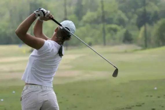 Esercizio di golf per le donne: smettete di fare dei backswing che 'incrociano la linea'