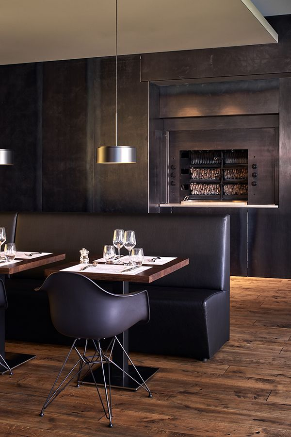 Clever kombiniert: Stilvolle Polsterbank nach Kundenwunsch in elegantem Gastronomie-Konzept.