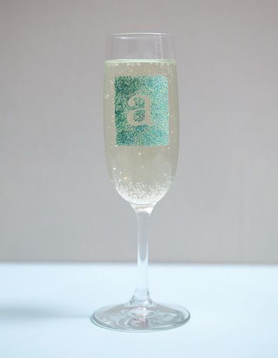 DIY glass...with glitterParty Favors, Parties Gift, Champagne Glasses, Glitter Glasses, Parties Favors, Bridal Parties, Diy Glitter, Diy Champagne Flute, Glitter Champagne