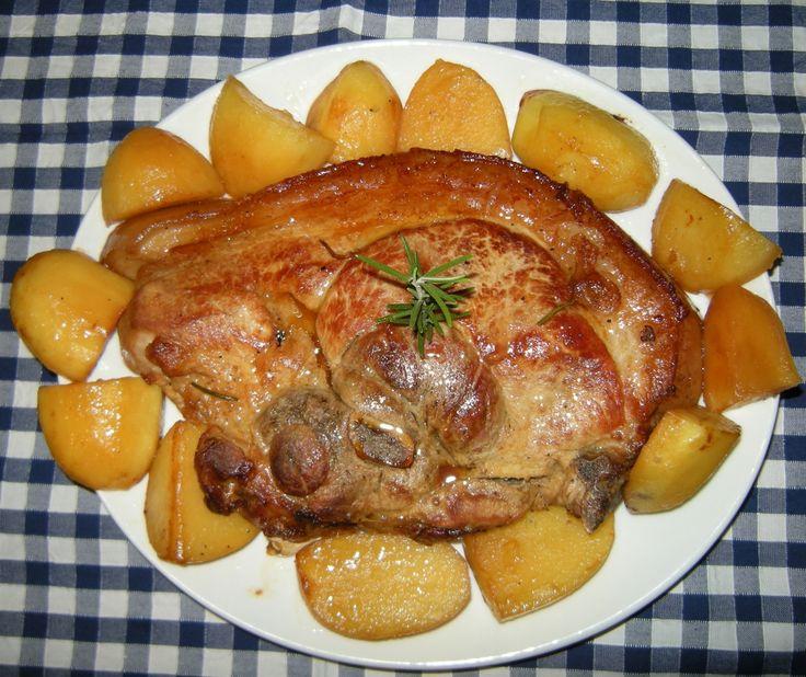 Ingredienti per 6 persone: 1 trancio di coscia di maiale*; 15 spicchi di aglio; 8 patate grandi; rosmarino e salvia qb; 10 cl di acqua; burro ,olio d'oliva qb sale e pepe. *è una fetta spessa…