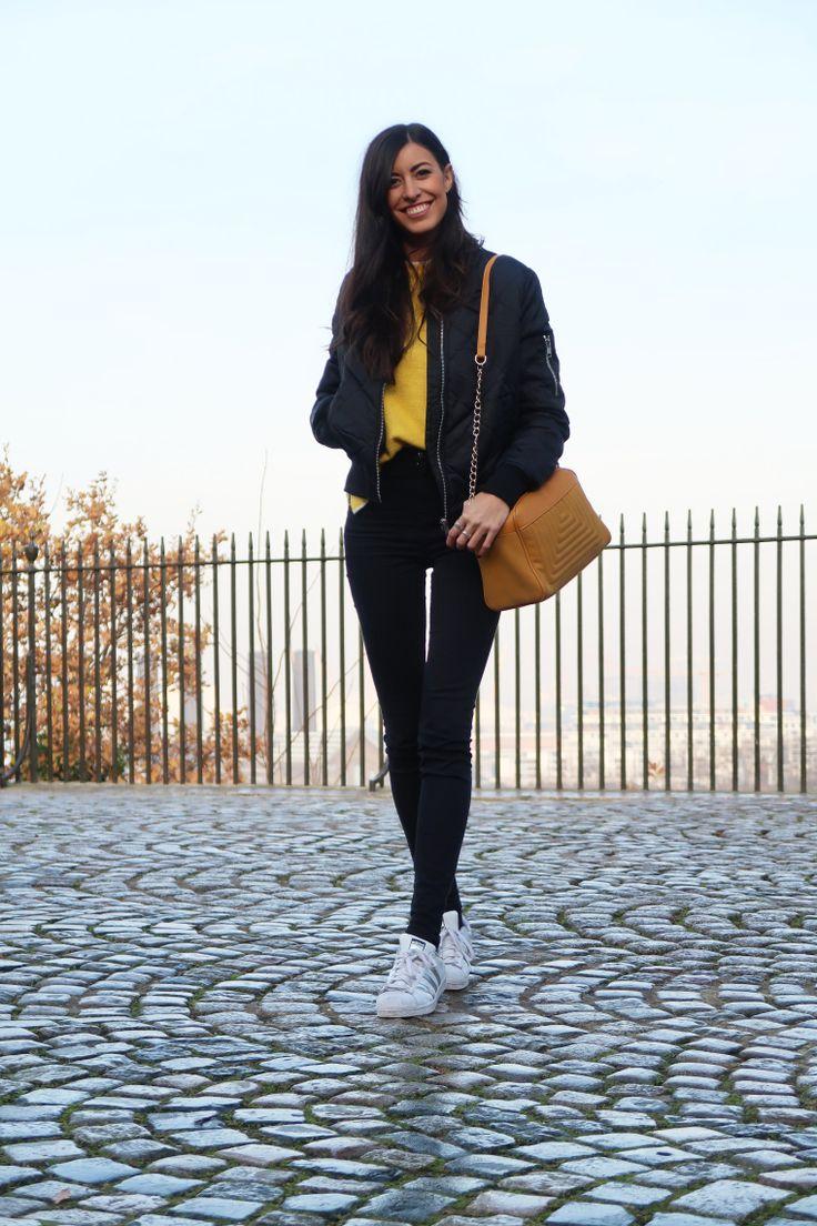 midilema.com | Greenwich | Claudia Peris is wearing black bomber jacket, yellow jumper, black skinny pants, mustard bag, and white sneakers. // Claudia Peris lleva chaqueta bomber negra, jersey amarillo, pantalones pitillos negros, bolso mostaza, y deportivas blancas.