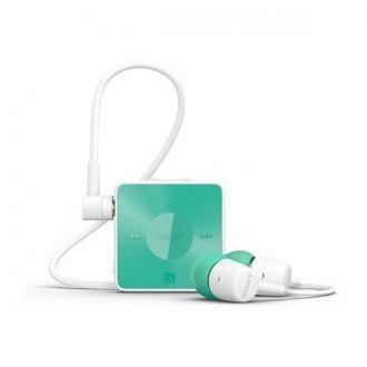Prosty w obsłudze bezprzewodowy stereofoniczny zestaw słuchawkowy SBH20 od Sony, z prostymi klawiszami rozmowy oraz sterowania muzyką. Ciesz się bogatym basem i dynamicznym dźwiękiem tego imponującego zestawu słuchawkowego. Dzięki usłudze HD Voice sprawisz, że osoba z którą rozmawiasz poczuje się jakby była tuż obok. Bezprzewodowa technologia Bluetooth pozwala Ci się swobodnie poruszać i korzystać z muzyki w swoim smartfonie.