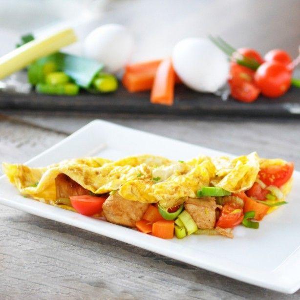 Slank en gezond hoofdgerecht: gevulde omelet met kip en groenten