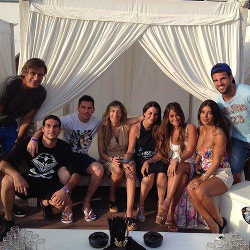 Cesc Fabregas avec Daniella Semaan , Leo Messi avec Antonella Roccuzzo Jose Pinto avec sa femme Elena et des amis dans un restaurant de Ibiza , le 10 Juillet