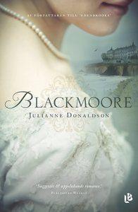 Kate Worthington känner sig själv och vet att hon aldrig kommer att gifta sig. Hon är rastlös och drömmer om att resa till Indien, mest för att komma ifrån sin trångsynta familj. Men det här är England på 1820-talet och det är inte lätt för en kvinna att resa ensam runt jorden. Kates mamma bestämmer att hon ska få resa om hon först får tre män att fria till henne. Kate åker till Blackmoore med ambitionen att snabbt förvrida huvudet på tre män och tacka nej till deras frierier. Men i…