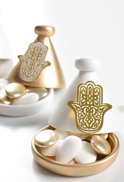 Magnifique petite tajine ici de couleur or dans laquelle vous pourrez mettre quelques dragées de la couleur de votre theme. Vous pourrez la personnaliser en mettant un petit ruban et une étiquette pour mettre le prénom de votre invité. #mariageoriental #tajine #decodetable #fete #bapteme #dragee