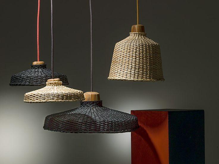 Lámparas Tolima, de diferentes tamaños y formas, de mimbre tejido, madera teca y cable textil, diseño de Pablo Fog y Reinhard Dienes, de Reinhard Dienes Studio, para Artesanías de Colombia.