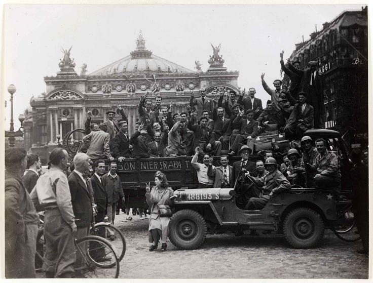 Photo non datée de la libération de Paris, «Prisonniers rapatriés, place de l'Opéra, 9e arrondissement».