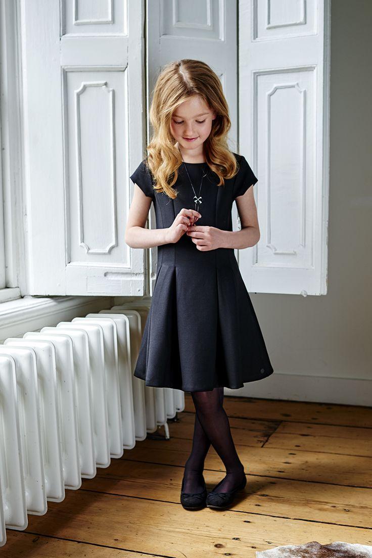Zwarte meisjes jurk, elegant, hip, korte mouwtjes, in een modieuze, stevige scuba stof, prachtige pasvorm, style DYRA, van de Baker Bridge collectie Party in Black. Een feestelijke kinderkleding collectie. Voor jongens en meisjes van maat 92 t/m 176, ongeveer 2 t/m 16 jaar. Speciaal voor de feestdagen, Kerstmis, familie etentjes of Kerstdiner op school.  http://www.bakerbridge.eu/