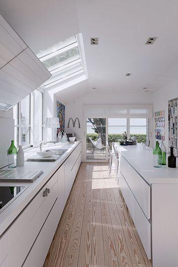 Une cuisine blanche toute en longueur