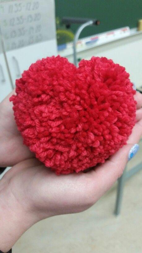 Sydäntupsu ystävänpäiväksi. Tehdään samalla tavalla kuin pyöreä, mutta käytetään sydämen muotoista pahvikehikkoa. Muotoillaan lopuksi saksilla.