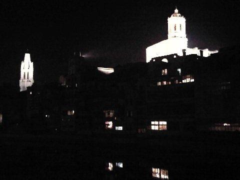 Precioso skyline de Girona de noche, con un blanco y negro natural, sin filtros.. :-]