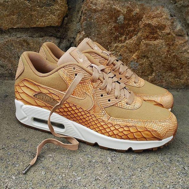 buy online f8f05 c170e Nike Air Max 90 Premium