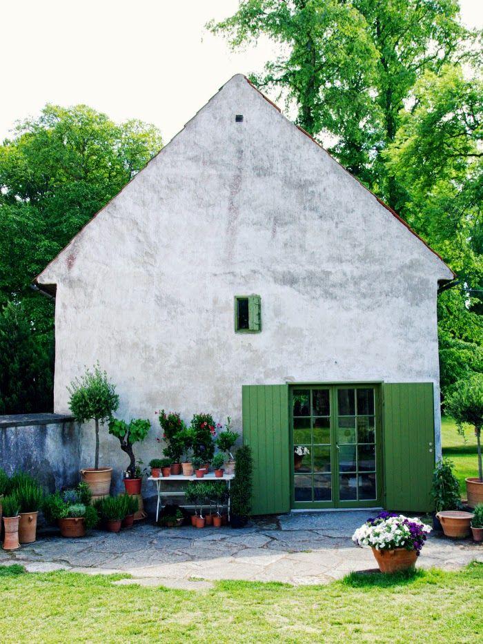 Tarja's Snowland: Vamlingbo Prästgård, scandinavian garden interior in Gotland. Old stone houses, gardening, pottery, garden house, more pics: http://tarja-snowland.blogspot.fi/2014/07/vamlingbo-prastgard.html