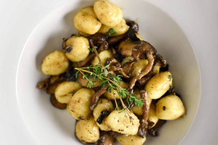 Een Italiaanse gnocchi con funghi oftewel gnocchi met paddenstoelen is super lekker en zo klaar. Probeer ons favoriete recept!