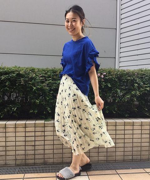 大人気のコットンフリルTシャツに新色登場!!  今期トレンドカラーのロイヤルブルーに女性らしいフラワープリントのスカートを合わせて爽やかな印象。足もとはファーサンダルでワンランク上のスタイリングに。