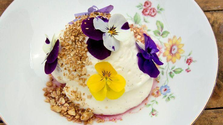 Rabarbra med yoghurtskum og knasende havre