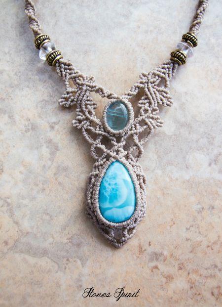 ラリマー(ドミニカ産)アクアマリン(アフガニスタン産)マクラメネックレス紹介。鮮やかなスカイブルーのラリマーに、透明感のある美しいアクアマリンをあしらった贅沢なマクラメネックレス。 石が際立つよう細めの蝋引き糸で丁寧に編み上げ、繊細な編み目の上品なデザインネックレスに仕上がっています。 ツヤのある綺麗なポリッシュで、美しい色合いの中に浮かぶ模様が印象的な高品質ラリマーに、透明感のある美しいアクアマリンを使用しています。