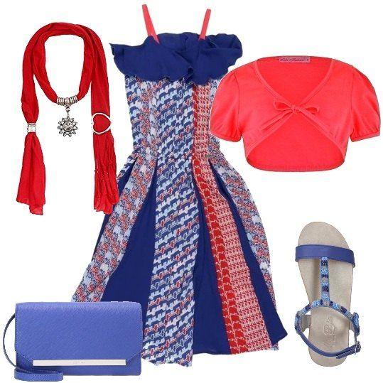 Un outfit in rosso e blu: abito senza maniche, in crêpe, a fantasia e con elastico in vita, bolero corto, a maniche corte, color corallo fluorescente, sandali di pelle blu con dettagli di perline, pochette blu in ecopelle, sciarpa gioiello rosso e argento.