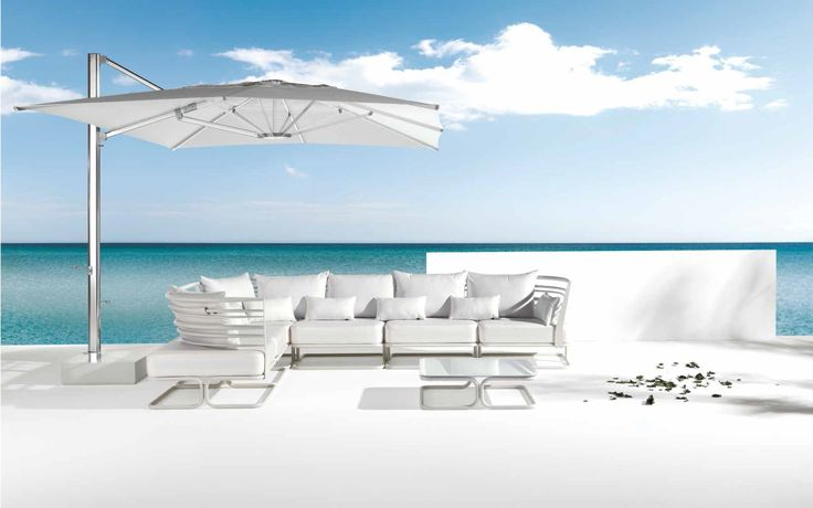 SHADE parasol, diseño Christophe Pillet  y MARCEL sofá diseño Chiaramonte-Marin
