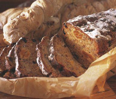Mörkt filmjölksbröd är ett otroligt gott och förvånansvärt lättlagat formbröd. Brödet får en saftig karaktär av filmjölk och härliga aromer av linfrön, solrosfrön, hasselnötter, aprikoser och russin.