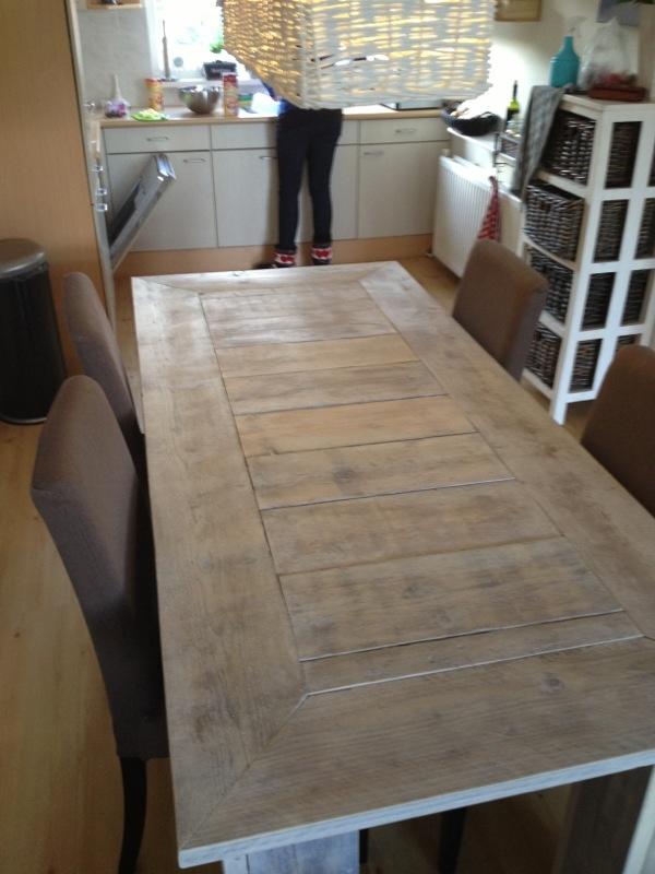 Tafel van gebruikt steigerhout, bewerkt met houtzeep.