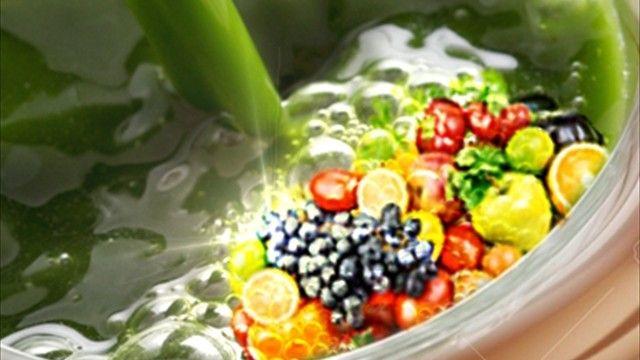 Wie wäre es, die grüne Gerstengras-Synergie mit Beeren und über 35 Früchten in Form dieser Collage anzudeuten?