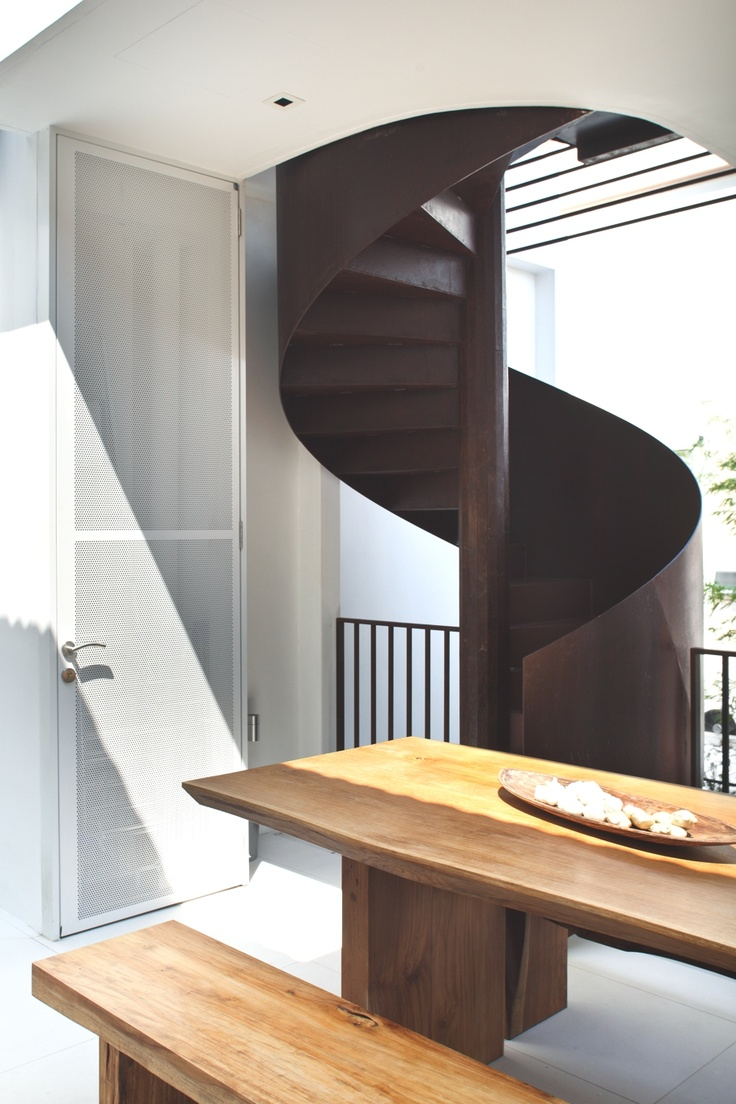 R House, Singapore - http://www.adelto.co.uk/contemporary-r-house-with-an-unusual-layout-singapore